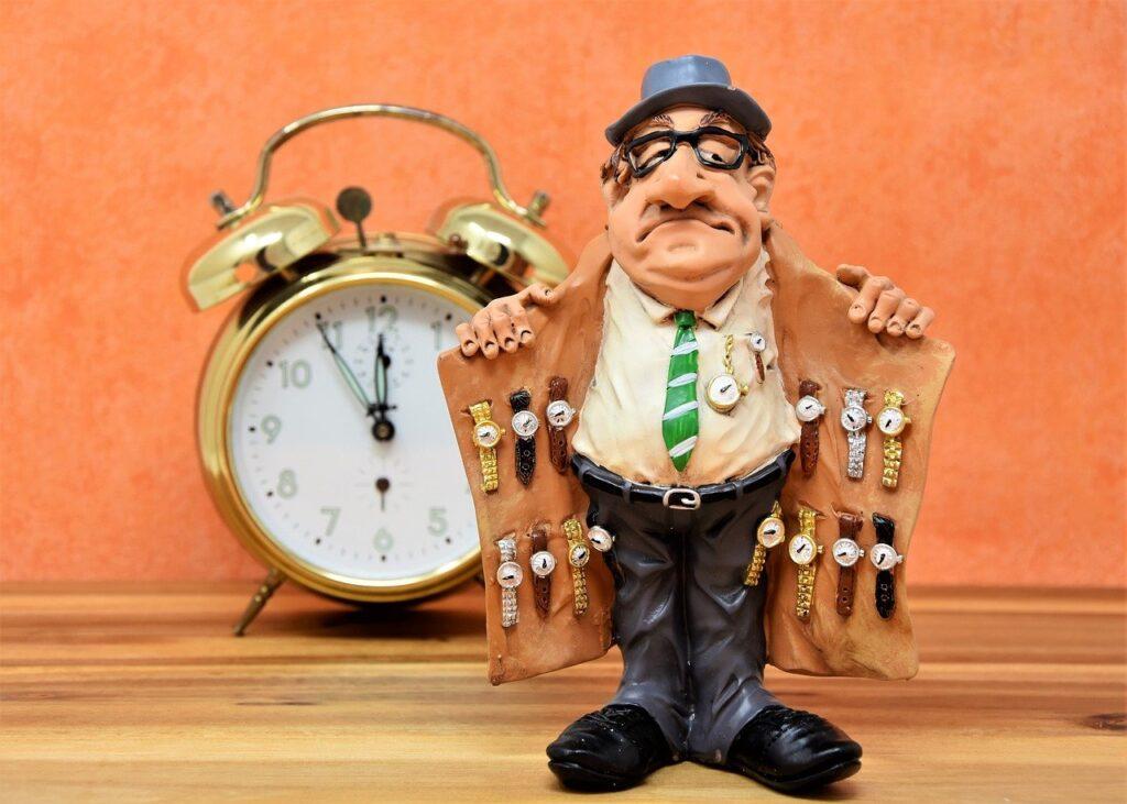 腕時計を一杯身にまとった男性の画像