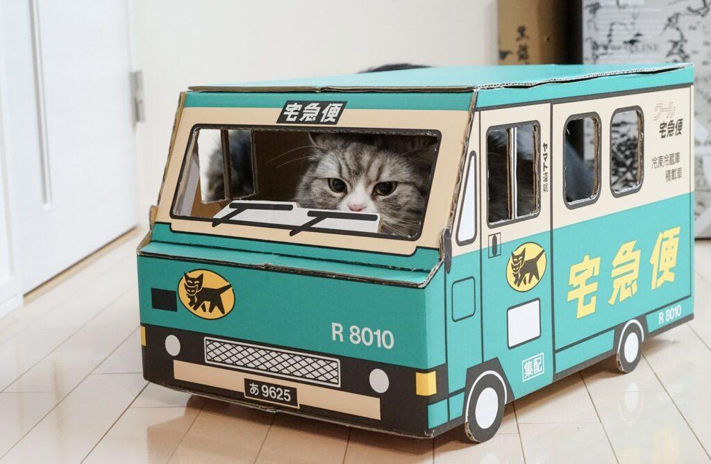クロネコヤマトのトラックを猫が運転している画像