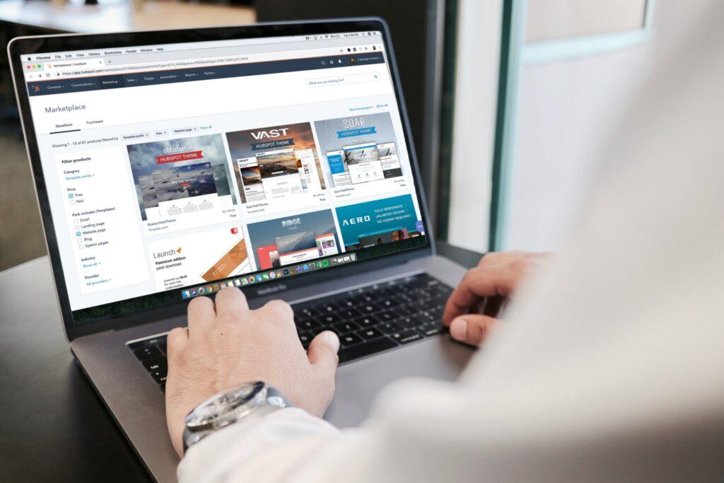 PCのキーボードを操作する男性画像