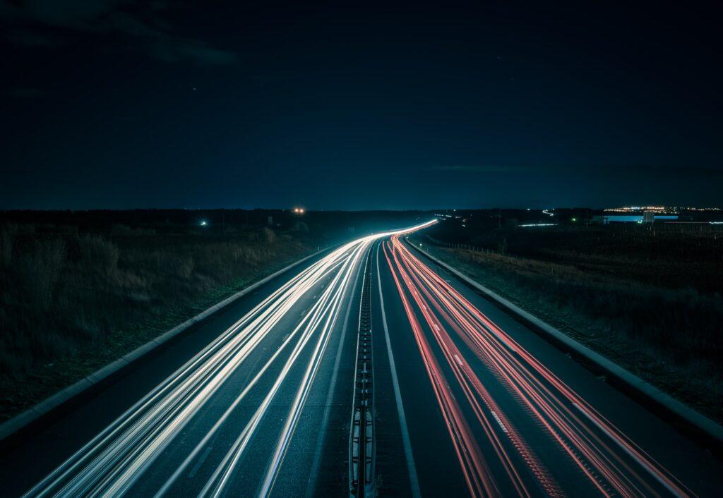 夜の高速道路の光の束の画像